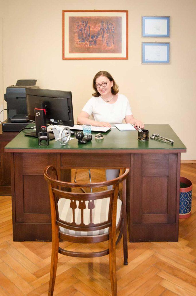 Neurologin Graz am Schreibtisch
